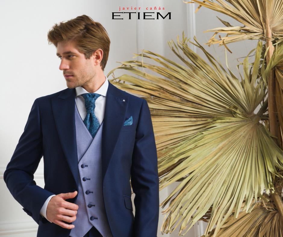 Traje de novio azul noche en forma de semilevita con chaleco de la Colección Ceremonia Etiem 2021.