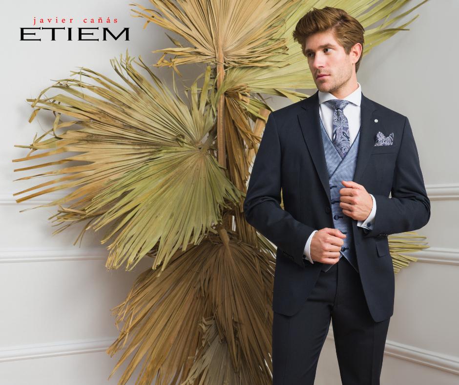 Traje de novio clásico en color azul marino con chaleco semicruzado de la Colección Ceremonia Etiem 2021.