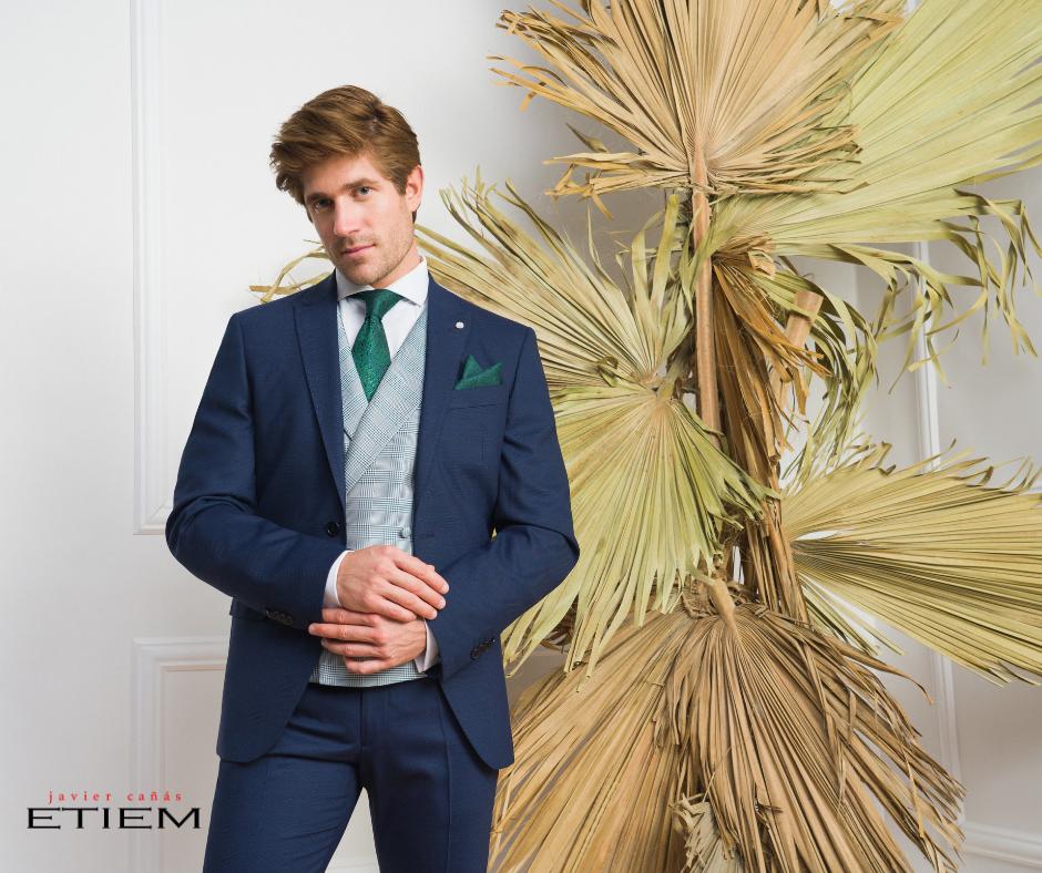 Traje de novio clásico en color azul marino con chaleco cruzado en cuadros de la Colección Ceremonia Etiem 2021.