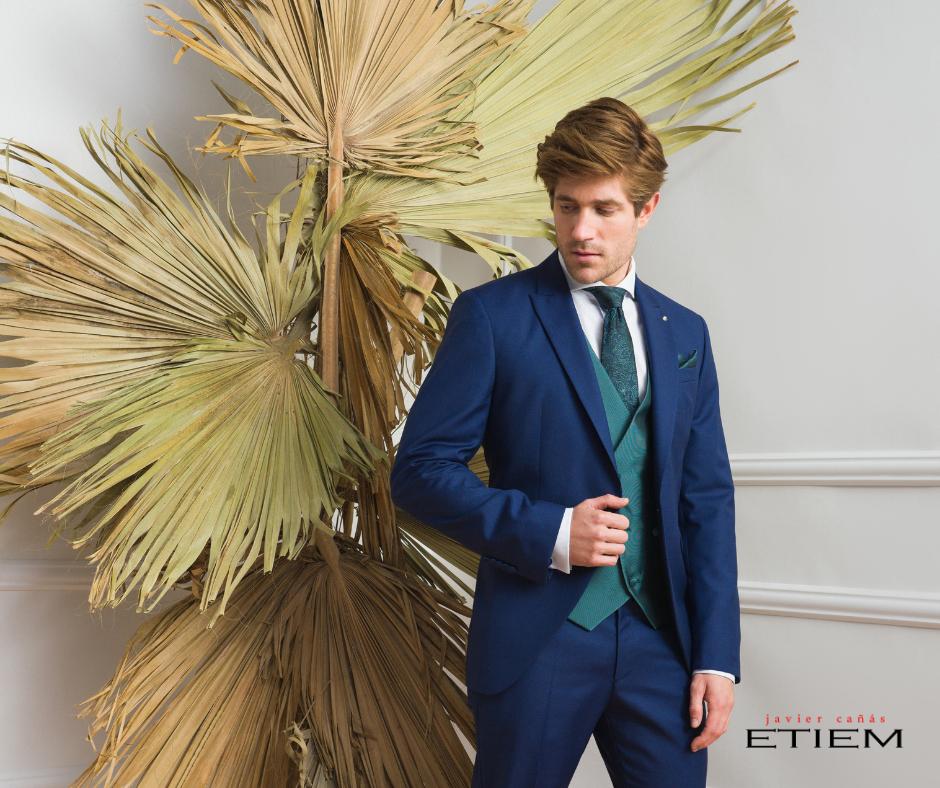 Traje de novio en forma de semilevita en color azul de la Colección Ceremonia Etiem 2021.